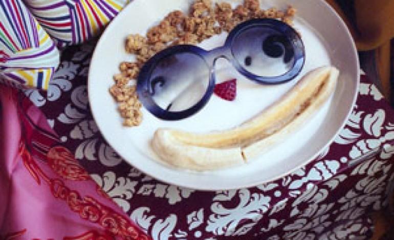 Prada, 8 scatti pop per gli occhiali Minimal-Baroque