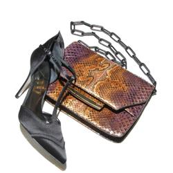 {focus_keyword} Stuart Weitzman lancia una collezione di accessori super lusso sw1 quadrata