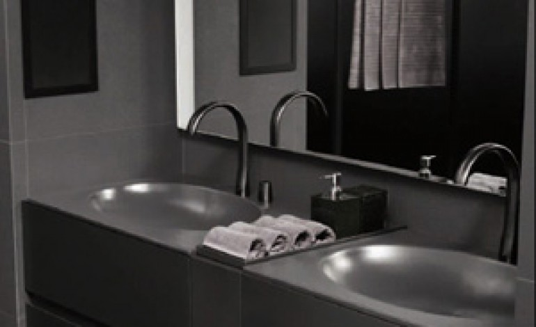 Armani e Roca insieme per un bagno minimal e tecnologico
