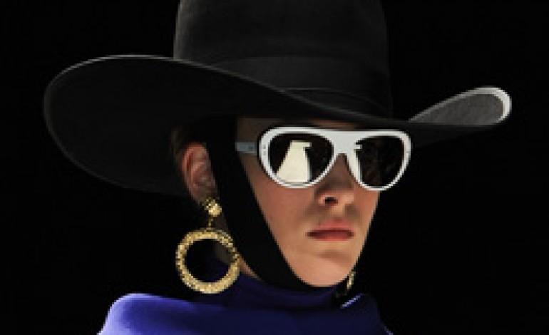 Moschino rinnova con Allison per l'eyewear
