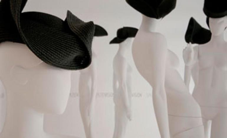 """I manichini Vision indossano i cappelli di """"What's Zhat?"""" La testa si trasforma"""