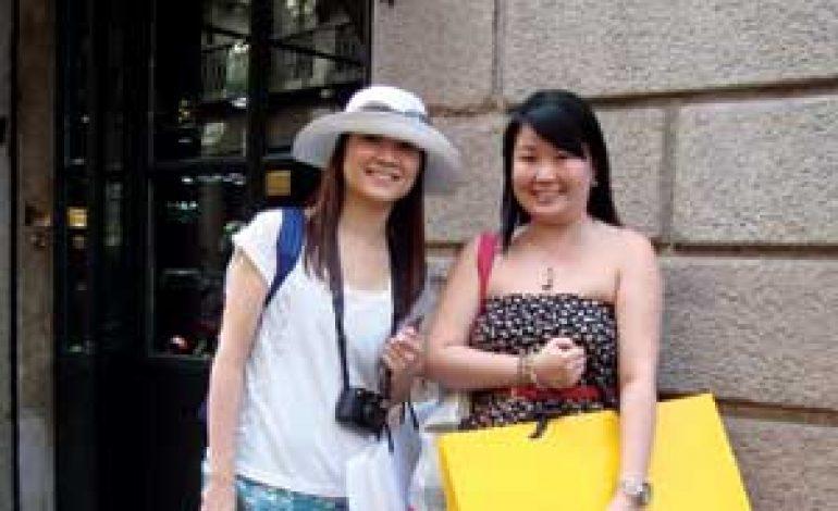 I cinesi in viaggio valgono 80 miliardi $ di shopping nel 2012