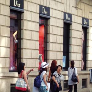 Turisti in via Montenapoleone a Milano