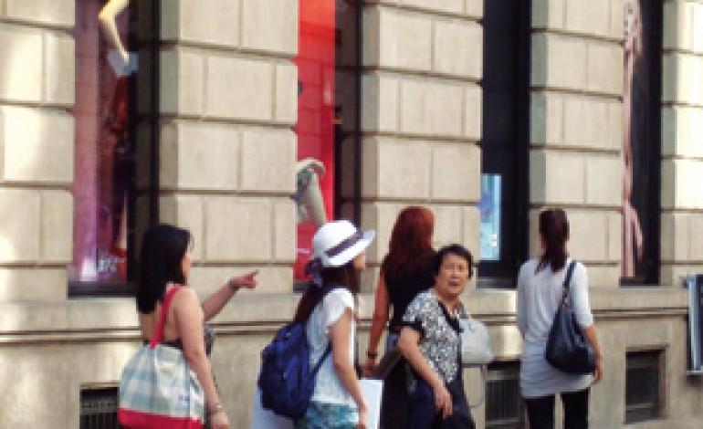 Pechino vieta lo 'shopping tour' ai turisti cinesi