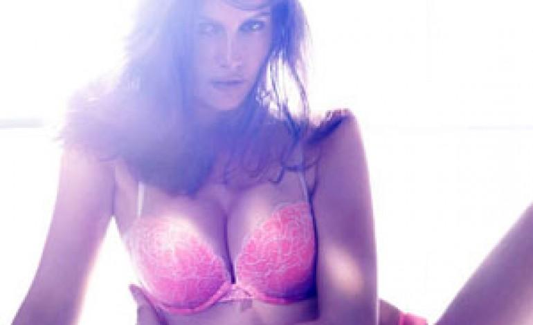 Laetitia Casta si spoglia per H&M