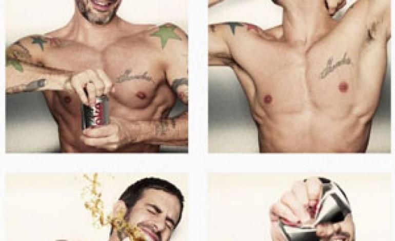 Marc Jacobs disegnerà la Diet Coke. E si spoglia in un video