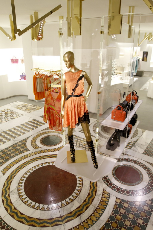 L'interno della boutique Versace di Avenue Montaigne