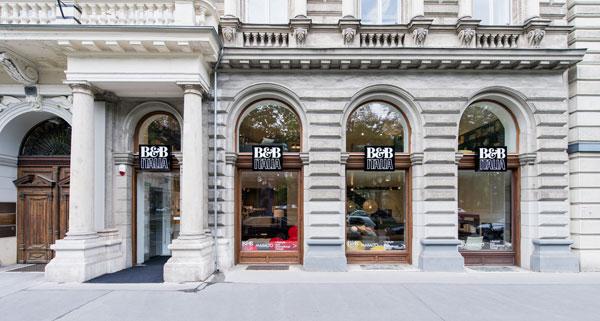 Le vetrine dello store viennese di B&B Italia