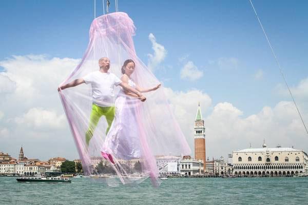 La performance dell'artista cinese, Li Wi, alla Biennale di Venezia