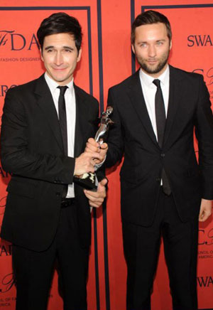 Lazaro Hernandez e Jack McCollough con il CFDA Award (ph: Getty)