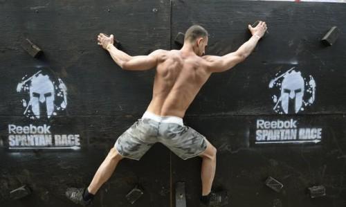 """Un partecipante impegnato in una dimostrazione della """"Spartan Race""""(Timothy A. Clary/AFP/Getty Images)"""