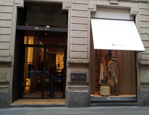 Una parte delle vetrine Loro Piana in via Montenapoleone