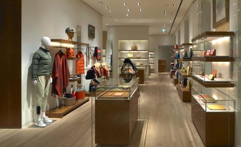 Hermès tinge di 'giallo Milano' via Montenapoleone