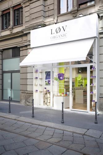 La vetrina del negozio che affaccia su via Victor Hugo