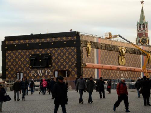 Il baule Louis Vuitton nella Piazza Rossa a Mosca