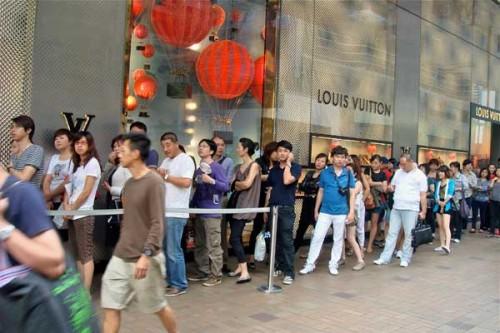 Una fila di clienti cinesi fuori da un negozio Lv