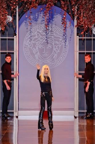 Donatella Versace alla fine della sfilata A/I 2014-15