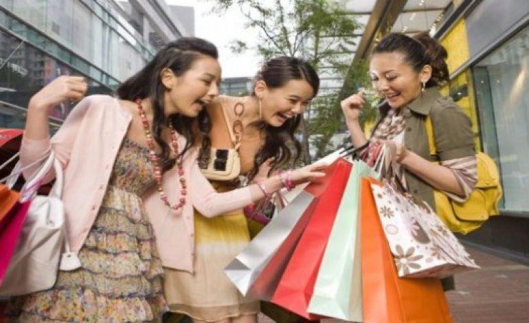 Crescita più lenta per lo shopping cinese all'estero