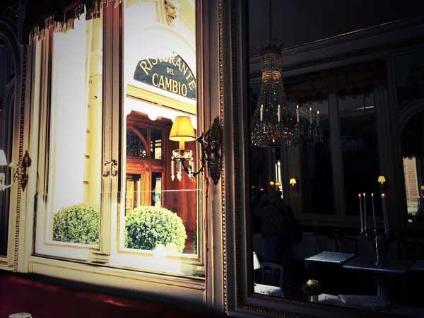L'ingresso del ristorante Del Cambio visto dall'interno