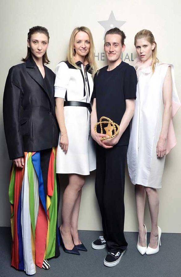 Thomas Tait, Delphine Arnault e due modelle vestite in Tait