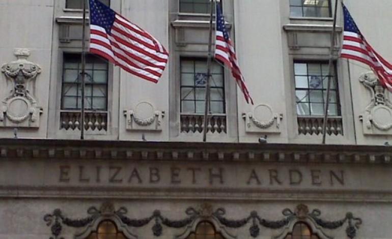 Elizabeth Arden verso taglio di licenze profumi
