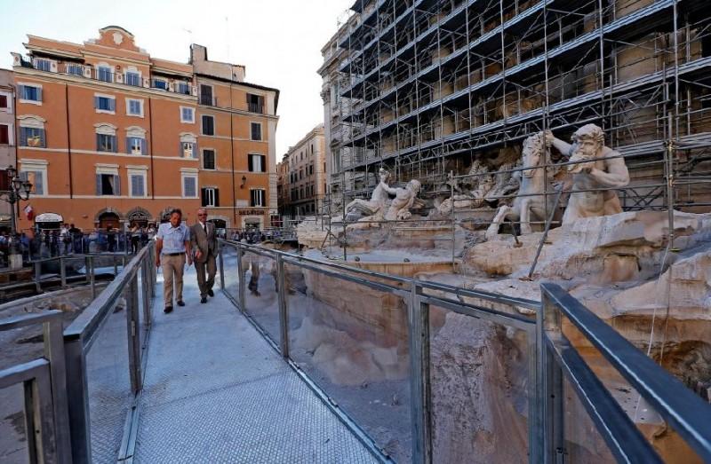 La passerella sulla Fontana di Trevi (ph. Italiaglobale.it)