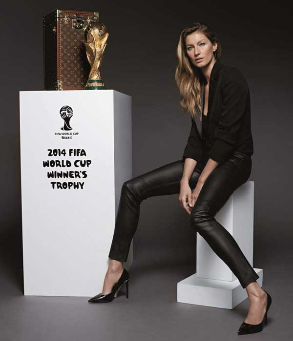 Gisele Bundchen con la Coppa del Mondo Fifa e il baule creato da Louis Vuitton per contenerla