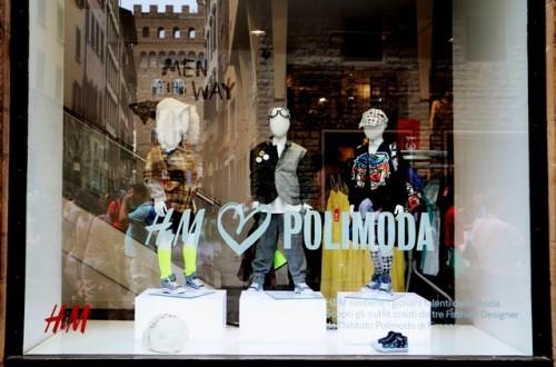 H&M loves Polimoda - Scatto della vetrina di H&M di Firenze