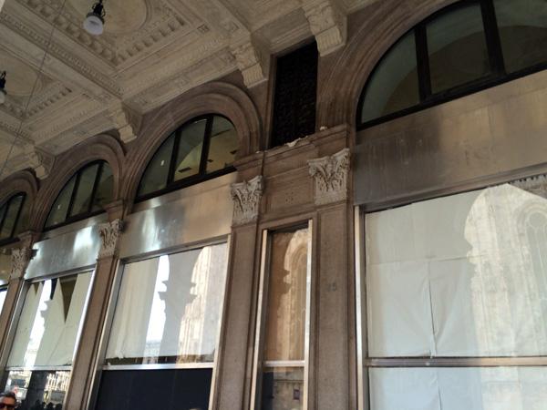 Le vetrine in piazza Duomo che ospiteranno il flagship H&M