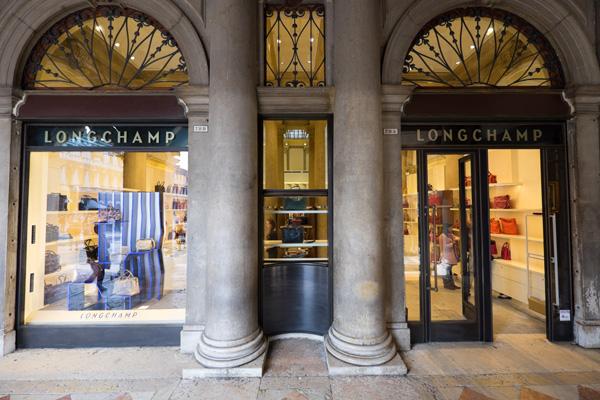 L'esterno della boutique Longchamp a Venezia