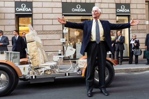 Eugene Cernan, comandante della Missione Apollo 17 e brand ambassador di Omega di fronte allo store di via Montenapoleone a Milano.