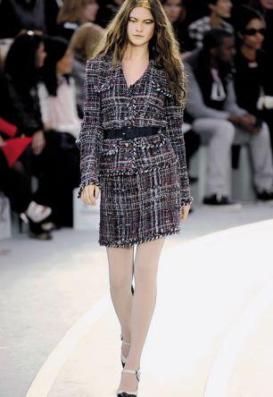Modello in tweed nella sfilata Chanel