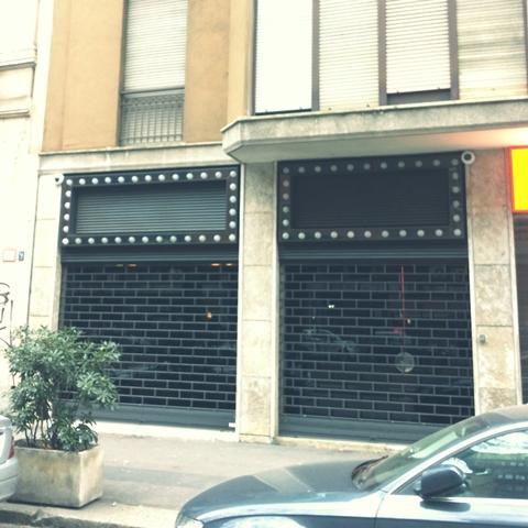 Saracinesche abbassate in via Piave 37.