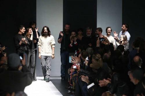 Alessandro Michele al termine dell'ultima sfilata di Gucci
