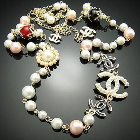 Una collana Chanel.
