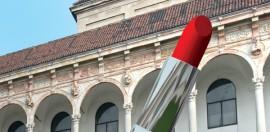 Monumento al rossetto, un progetto architettonico pop che sarà collocato alla Statale di Milano dal 13 aprile al 24 maggio.