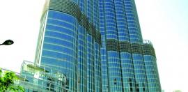 A lato, il Burj Khalifa, l'edificio più alto del mondo, che ospita anche l'Armani Hotel.