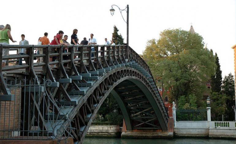 Luxottica restaura il Ponte dell'Accademia
