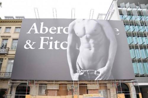 Un cartellone pubblicitario Abercrombie & Fitch.