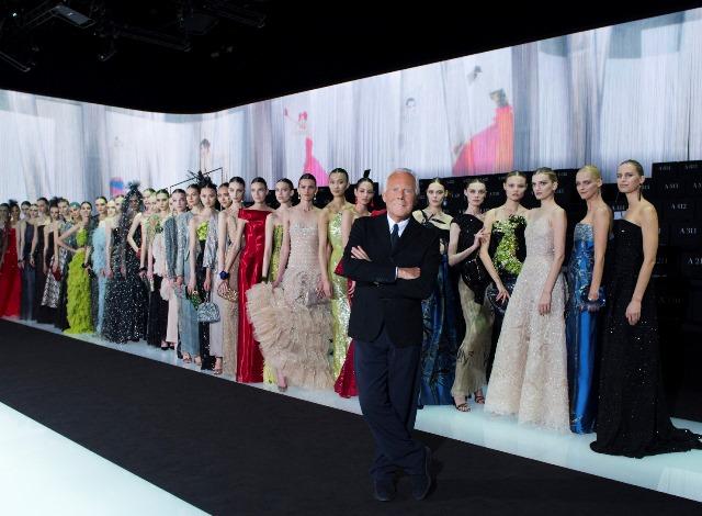 Giorgio Armani insieme alle sue modelle