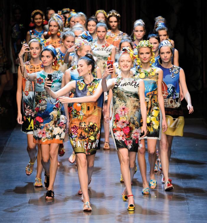Modelle di Dolce&Gabbana sfilano a Milano scattando selfie