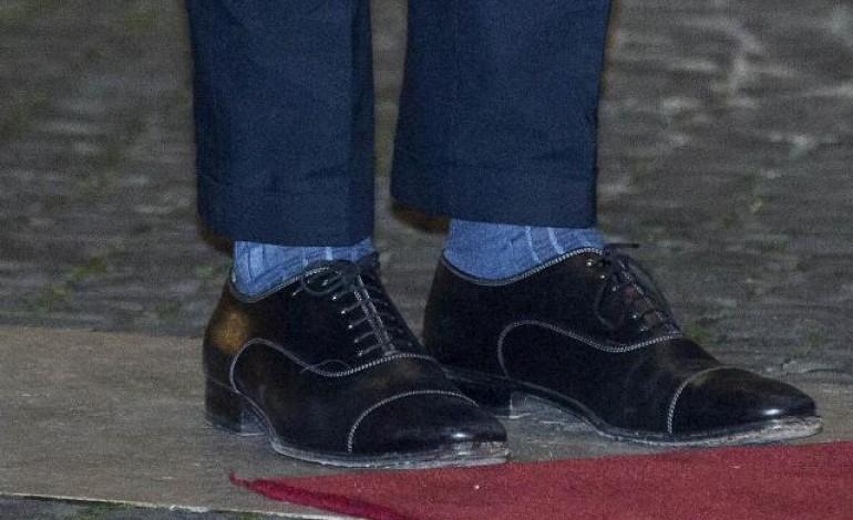 Renzi, sotto il vestito spuntano calze Gallo