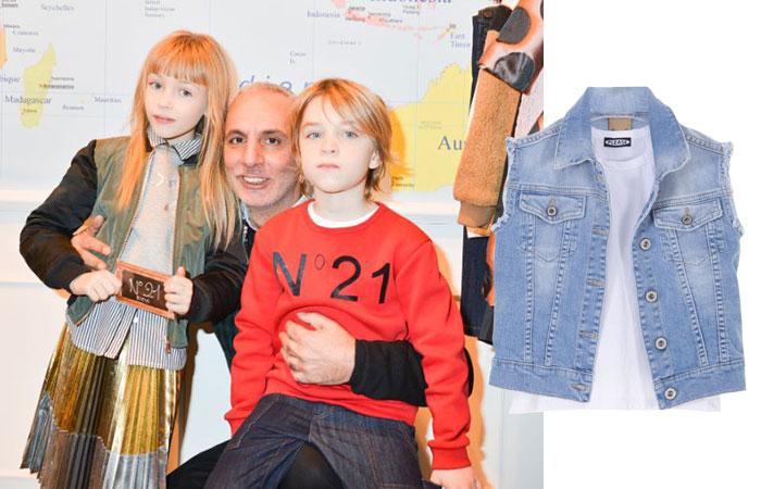 Alessandro Dell'Acqua tra due bimbi vestiti N°21 Kids e prodotto Please Kids