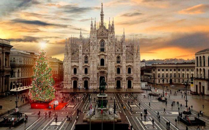 Natale a Milano, l'albero con Pandora