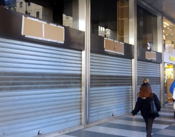Stroili, vetrine chiuse in Vittorio Emanuele