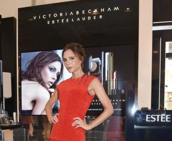 Victoria Beckham si veste (ancora) in rosso