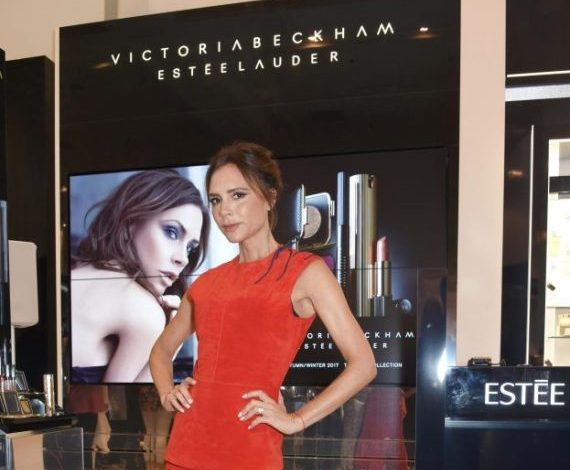 Victoria Beckham vola a Londra per i 10 anni