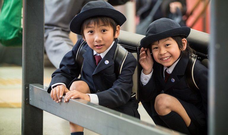 Tokyo, bambini a scuola in uniforme Armani