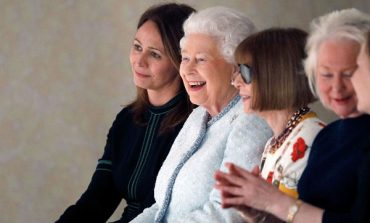 Elisabetta II debutta alle sfilate di Londra