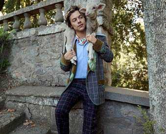 Harry Styles posa per la cruise di Gucci
